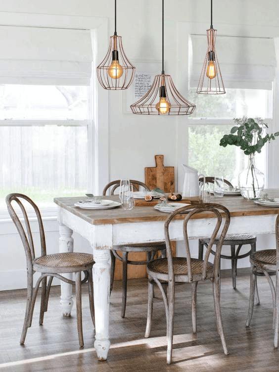 Mesa de jantar com conjunto de pendente aramado triplo em rose gold