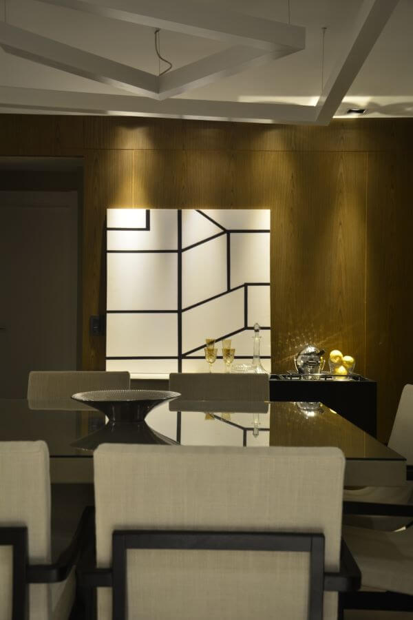 mesa de jantar de vidro com poltronas neutras