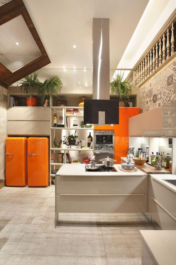 Freezer e geladeira vintage na cor laranja