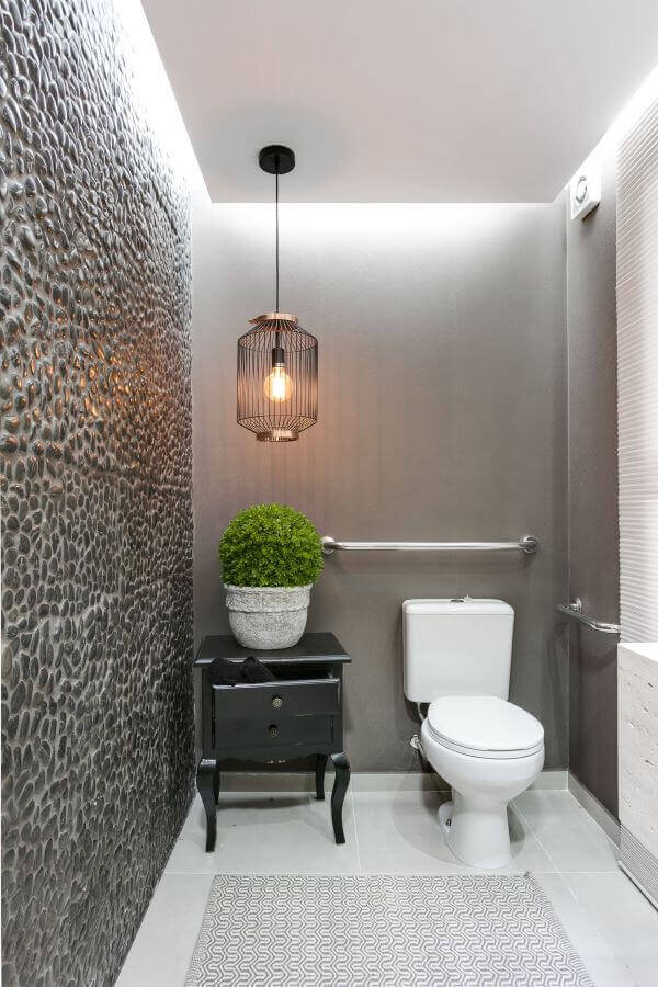 Lavabo moderno com iluminação do pendente preto