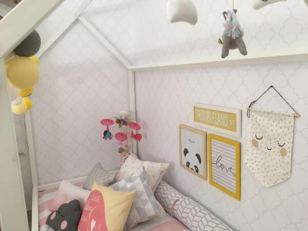 Decoração de quarto de bebê com cama de casinha