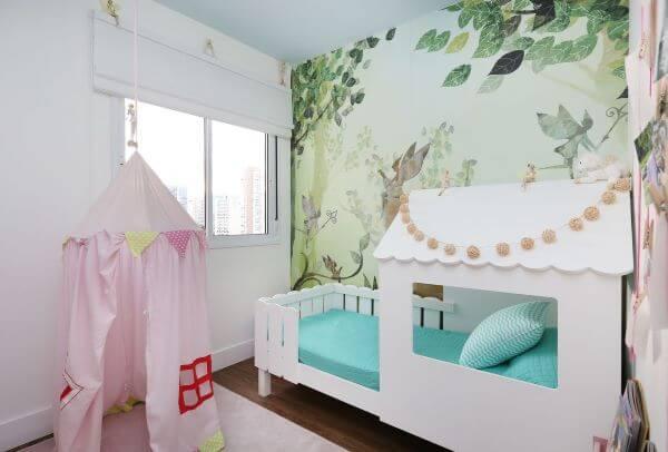 Quarto de menina com cama casinha e cabana