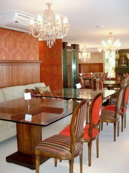 Decoração de sala de jantar com mesa de jantar com tampo de vidro