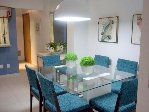 Decoração de sala de jantar com mesa de jantar de vidro quadrada