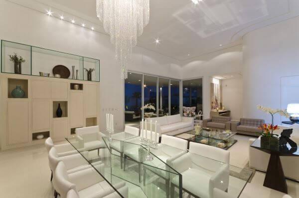 mesa de jantar de vidro em sala de luxo