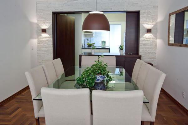 Decoração de sala de jantar com mesa de jantar de vidro