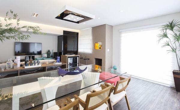 Mesa de jantar de vidro para sala de estar integrada