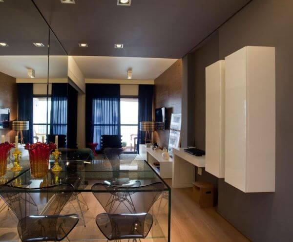 Decoração de sala de estar com mesa de jantar de vidro