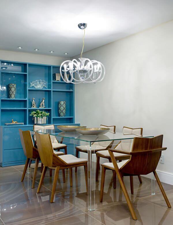 Decoração de sala de jantar com mesa de jantar de vidro e móveis coloridos
