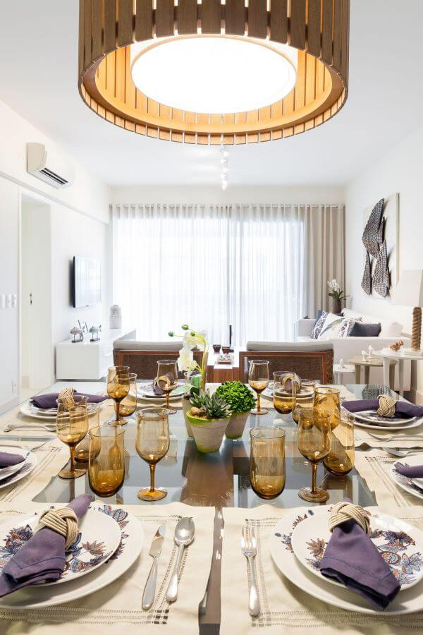 Sala de jantar com mesa de jantar de vidro