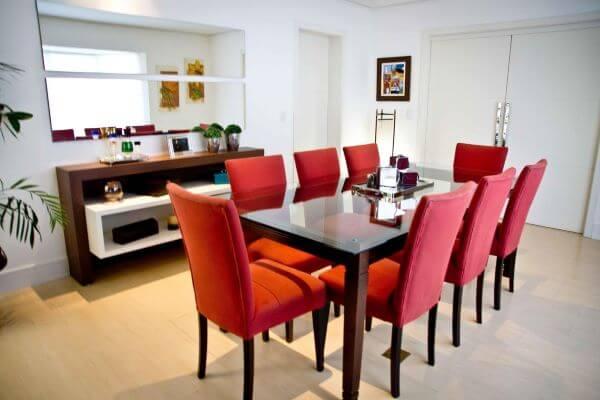 cadeiras vermelhas para destacar sua mesa de jantar de vidro