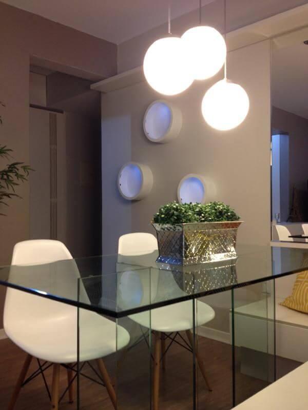 Mesa de jantar de vidro com lustre redondo