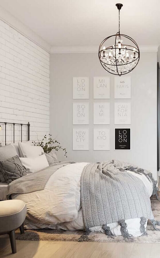 design arrojado de pendente para quarto branco com parede de tijolinho Foto Pinosy