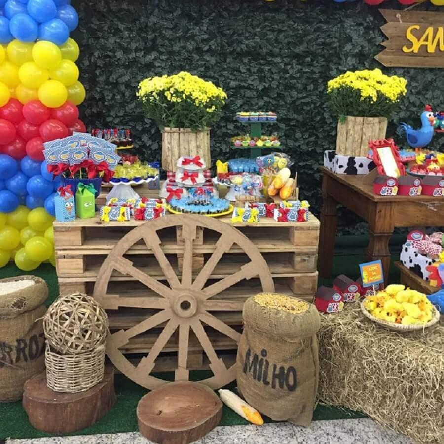detalhes rústicos para decoração de festa da galinha pintadinha Foto Encantar Festas