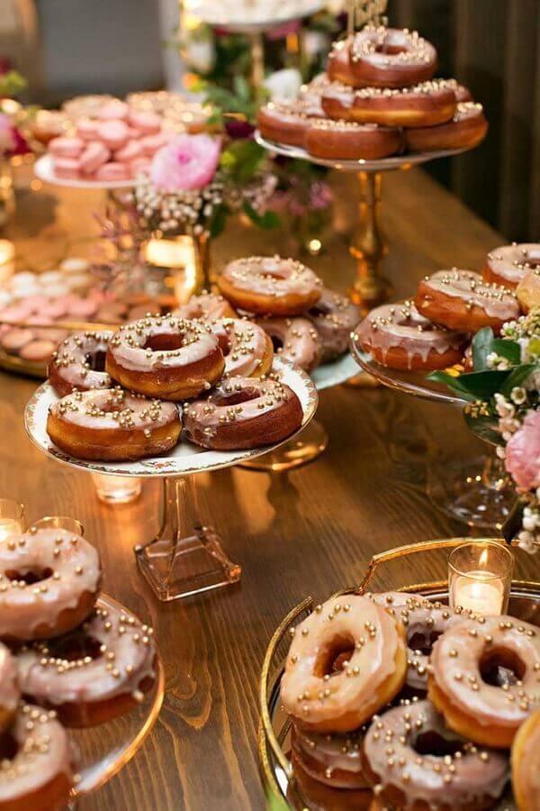 diferentes modelos de pratos de doce para mesa de guloseimas com donuts Foto Pinosy