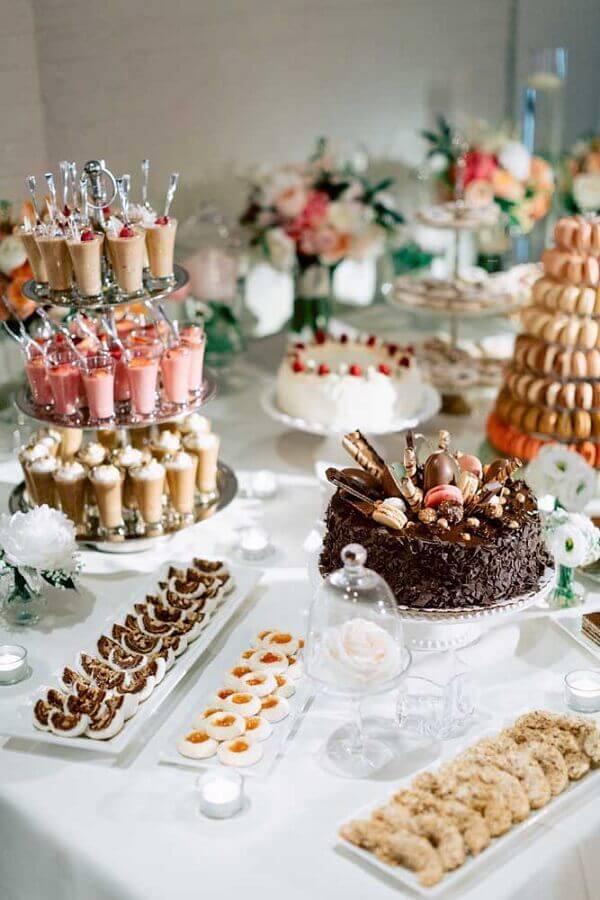docinhos decorados com mesa de guloseimas Foto Style me Pretty