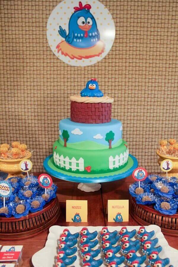 docinhos e bolo decorado para festa da galinha pintadinha Foto Assetproject