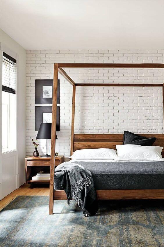 Janela para quarto com cama com dossel de madeira