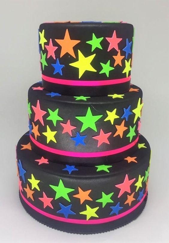 festa anos 80 - bolo de andar com estrelas neon