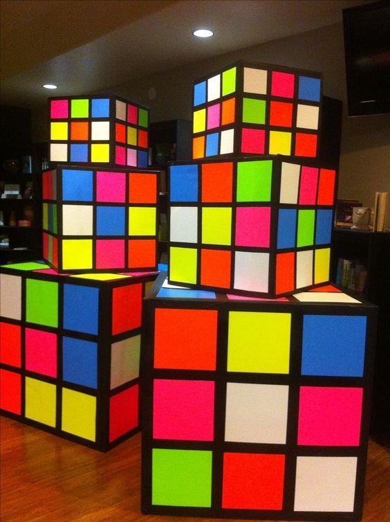 festa anos 80 - cubos mágicos empilhados