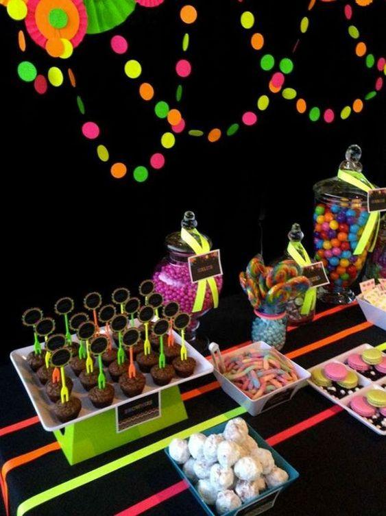festa anos 80 - mesa de festa com doces neon