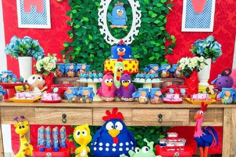 festa da galinha pintadinha decorada com painel de folhagens e mesa de madeira  Foto Prics Decorações