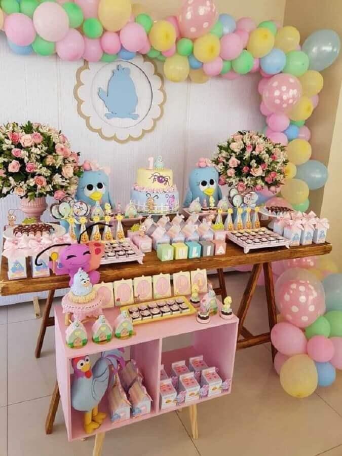 festa da galinha pintadinha rosa decorada com arranjo de flores e bexigas coloridas Foto Viver com Criatividade