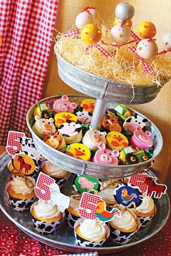 festa fazendinha com mesa de guloseimas para festa infantil personalizada Foto Pinosy