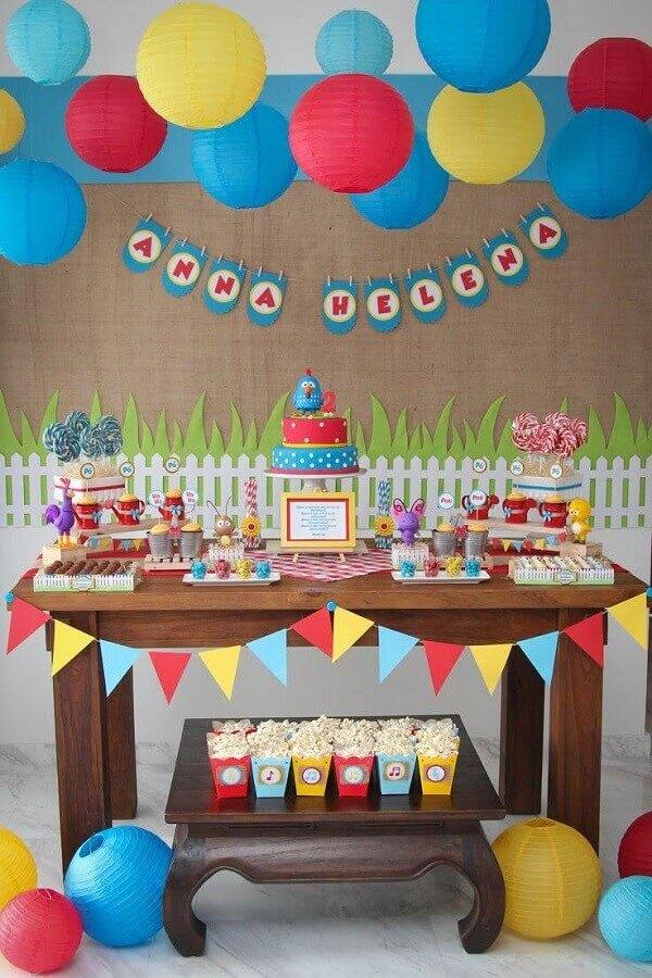 festa simples da galinha pintadinha decorada com balões coloridos Foto Webcomunica