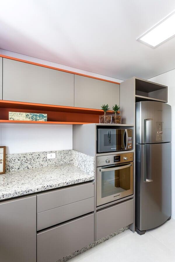 forno elétrico de embutir inox para cozinha com nicho laranja e armários cinza Foto Gazeta do Povo