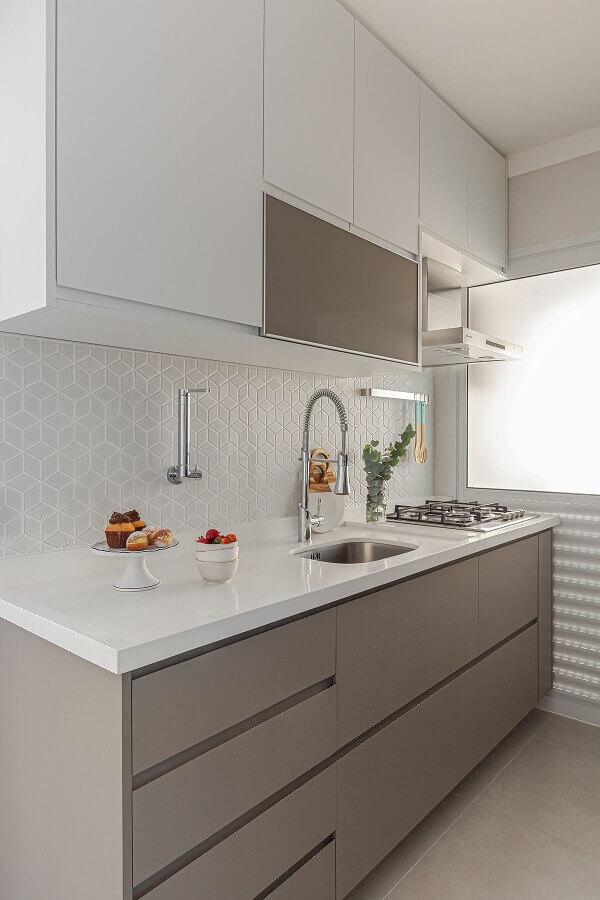 gabinete de cozinha cinza e branca planejado com várias gavetas Foto Arquiteto em Casa