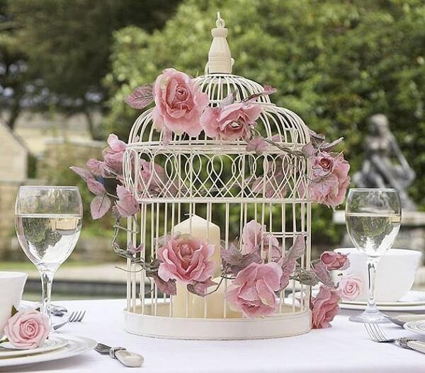 Gaiolas decorativas na cor branca utilizada como enfeite de centro de mesa