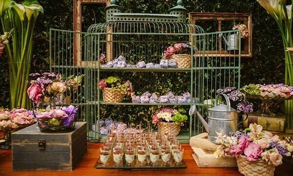 Gaiola decorativa serve de apoio para doces e vasos de flores