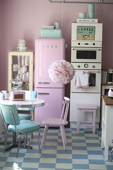 Geladeira cor de rosa na cozinha