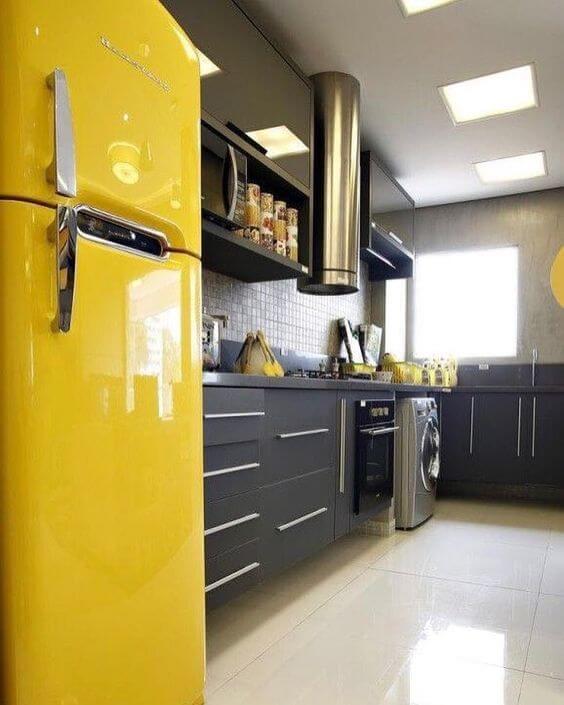 Geladeira retrô amarela na cozinha cinza
