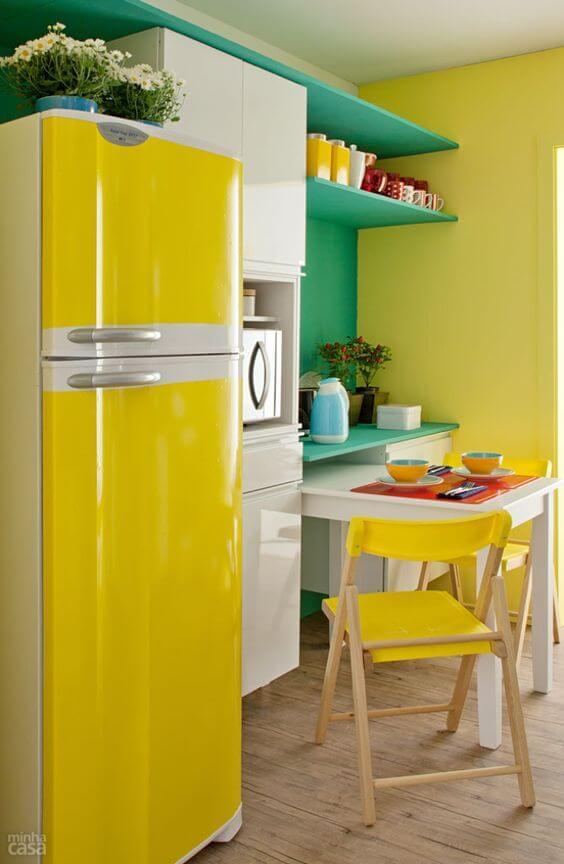 Geladeira com adesivo amarelo