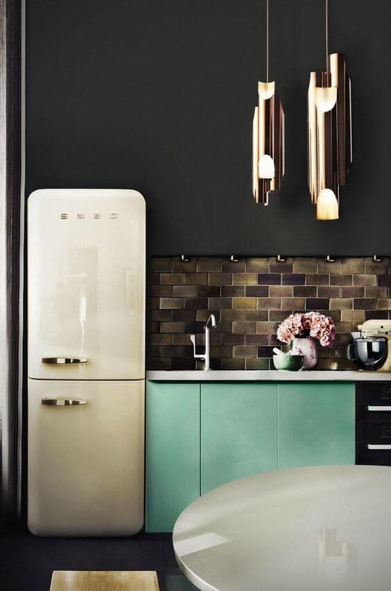 Cozinha moderna com geladeira branca