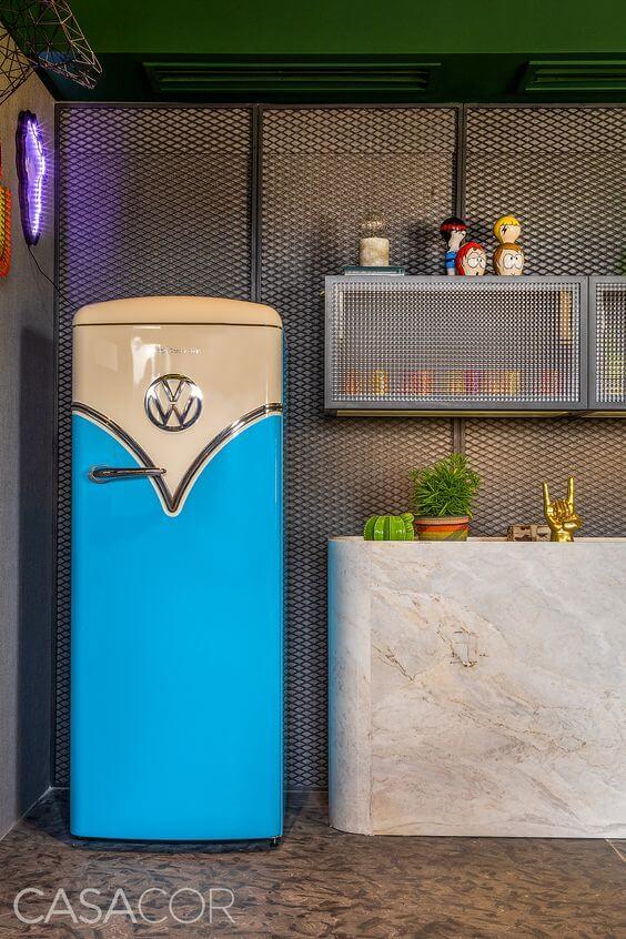 Geladeira retrô na cozinha cinza
