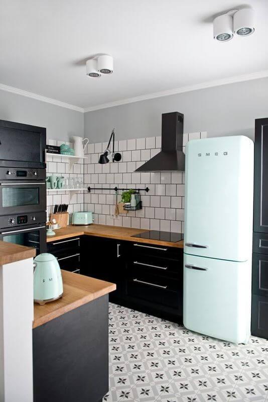 Geladeira retrô azul claro com armários pretos