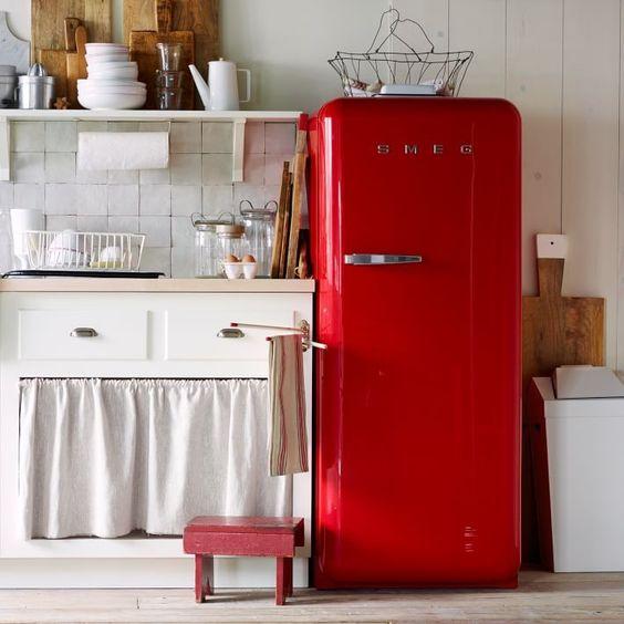Cozinha branca com geladeira retrô vermelha