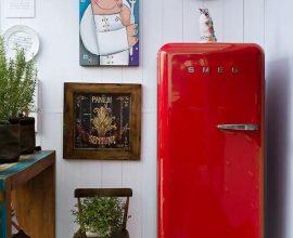 A geladeira retrô vermelha com decoração linda - Por: Rico Mendonça