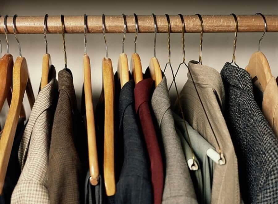guarda roupa com cabides de madeira