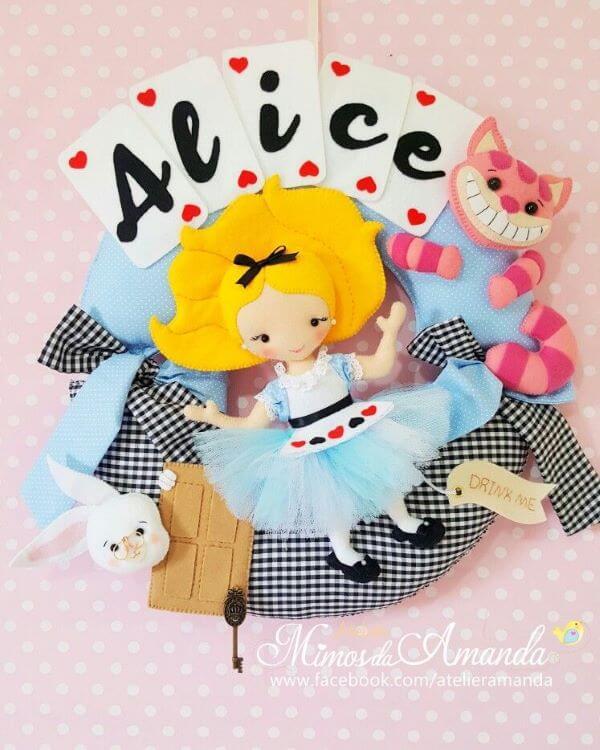 """A guirlanda de feltro pode ser feita de temas como """"Alice no País das Maravilhas"""