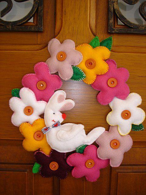 Flores e coelhos são lindos para a guirlanda de páscoa em feltro