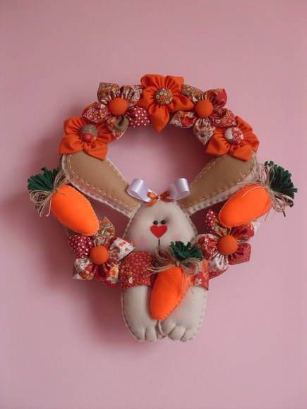 Cenouras e coelhos são opções lindas para sua guirlanda de páscoa em feltro