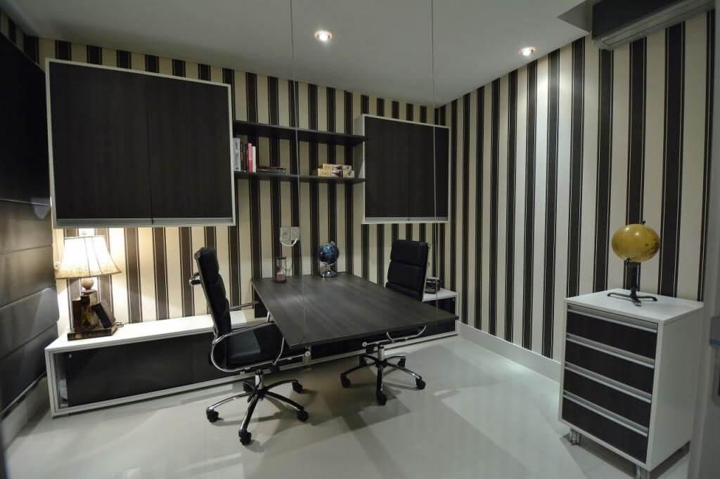 home office com papel de parede listrado