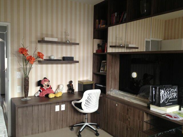 home office com papel de parede listrado bege