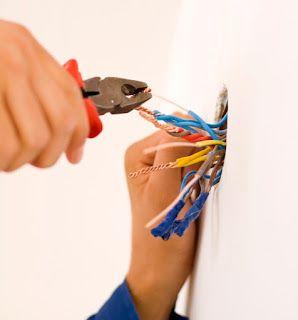 instalação elétrica - eletricista mexendo em fios