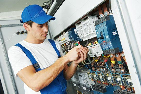 instalação elétrica - eletricista mexendo em quadro elétrico