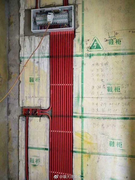 instalação elétrica - quadro de distribuição com eletrodutos vermelhos